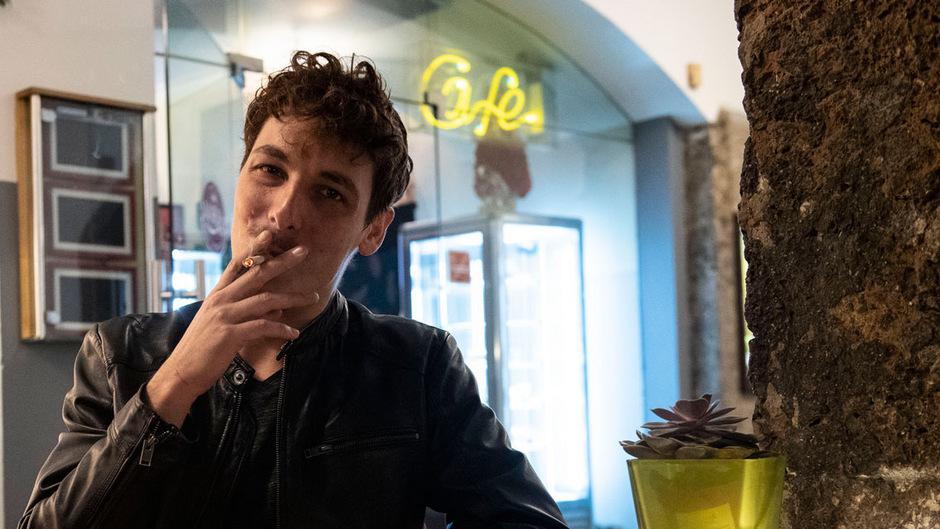 Zu Allerheiligen – am ersten Tag des Verbotes – traf man viele Raucher im Freien an. Die meisten nahmen es recht locker.