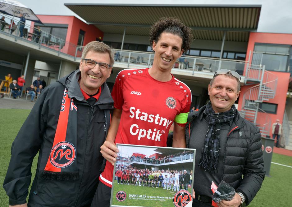 """Der """"Lange"""" sagte Ade – Reichenau-Obmann Gernot Amoser (l.) und Zampano Adi Stastny verabschiedeten Edelroutinier Alex Mader."""