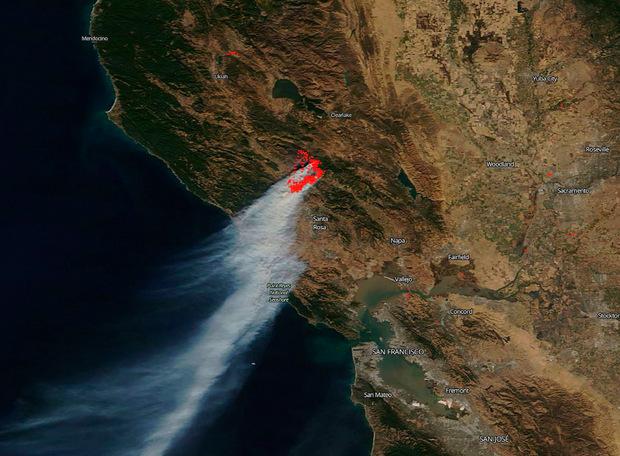 Auf einer Satellitenaufnahme der NASA sind die durch die Brände verursachten Rauchschwaden über Kalifornien deutlich zu erkennen.