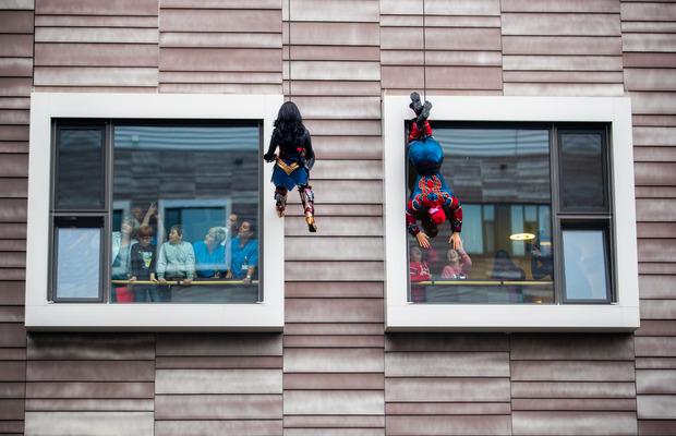 Wonder Woman, Spiderman und andere Superhelden sorgten im Wiener Krankenhaus Nord für strahlende Kinderaugen.
