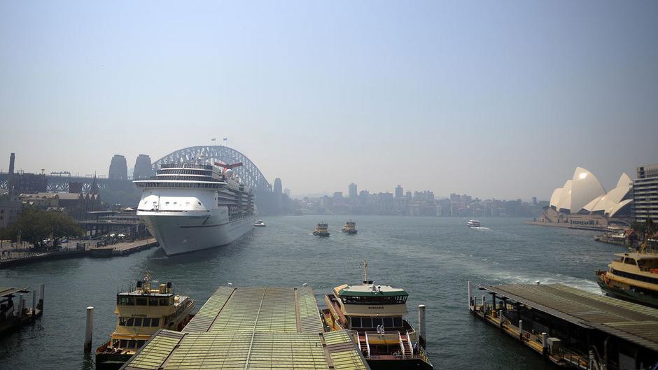 Der Hafen von Sydney ist in einen grau-blauen Schleier gehüllt.