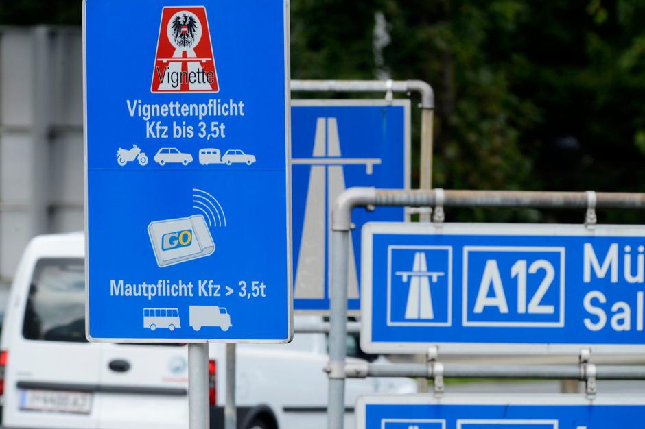 Ab 15. Dezember könnte dieses Schild auf der Autobahn in Kufstein der Vergangenheit angehören. Die ÖVP-Landeshauptleute von Tirol, Salzburg und Vorarlberg pochen auf Ausnahmen.
