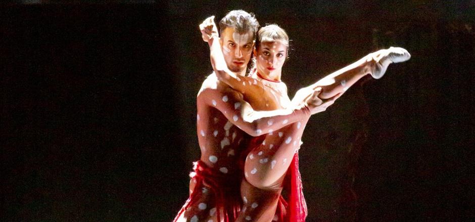 Caliban, das Böse, als Naturwesen zwischen Mann und Frau (Pilar Fernández und Gabriel Marseglia).