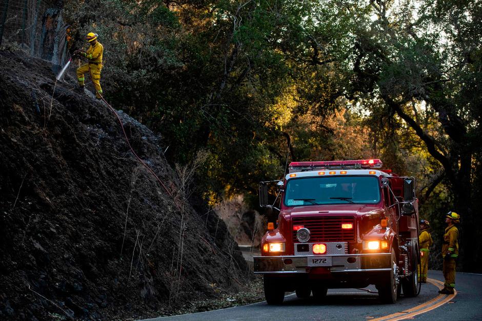 Die Feuerwehrleute versuchen seit Tagen den Brand unter Kontrolle zu bringen.