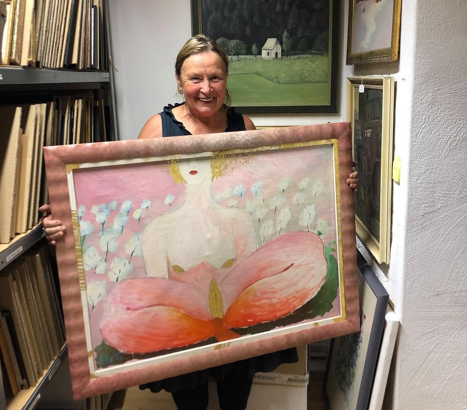 """Dora Czell mit ihrem Bild """"Bleeding Heart"""" aus der Sammlung Hans Jäger, das als Leihgabe des Turmmuseums zuletzt in Czells Ausstellung auf Schloss Landeck zu sehen war."""