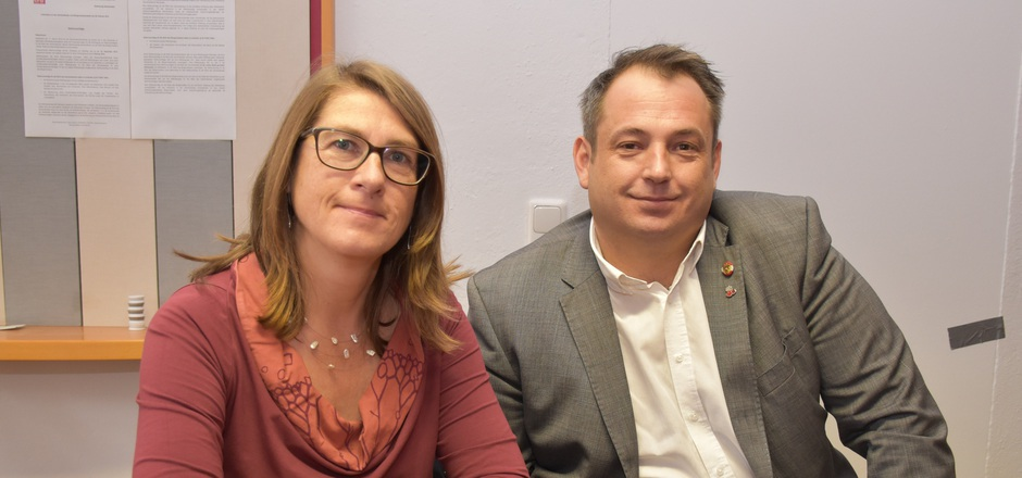 Die grüne Bezirkschefin Regina Karlen und SPÖ-Bundesrat Stefan Zaggl treten gemeinsam gegen Menschenhass auf.