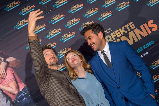 Ganz ohne Smartphones geht es auch nicht: Fitz, M'Barek und Herfurth bei der Premiere in Wien.