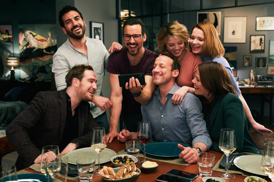 """Beim gemeinsamen Abendessen in """"Das perfekte Geheimnis"""" kommen nicht nur die Handys auf den Tisch."""