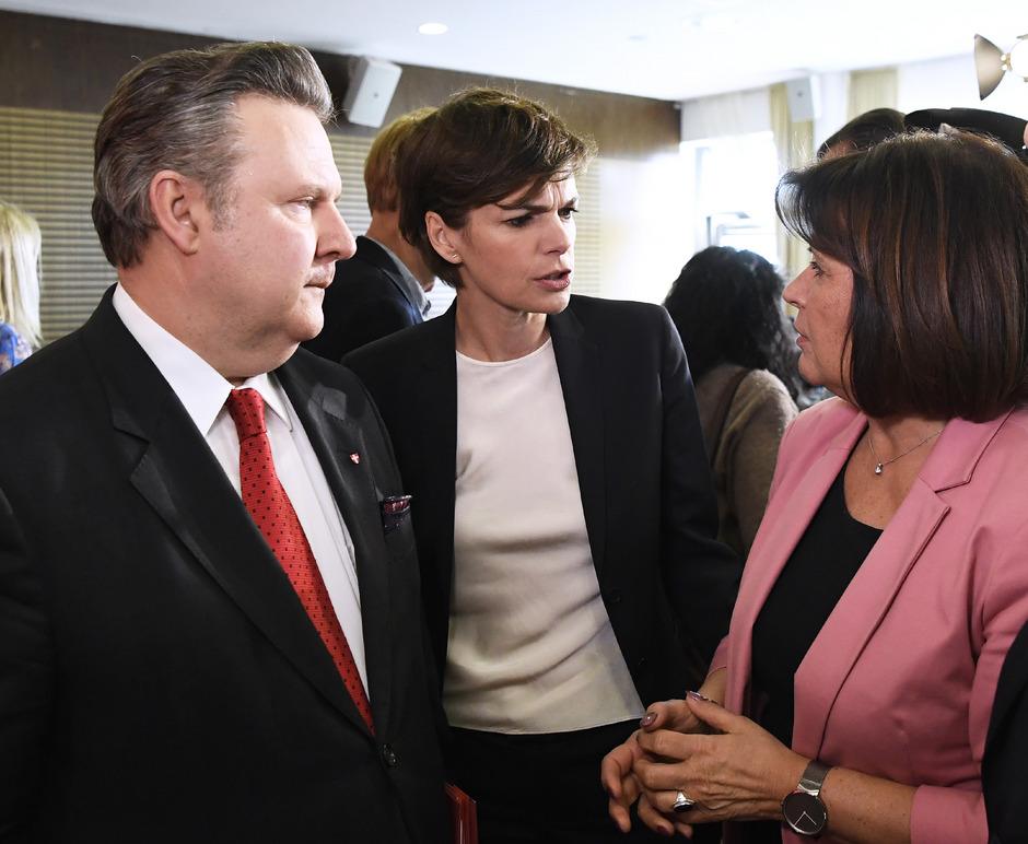 AK-Chefin Renate Anderl (r.) verwahrt sich gegen Kritik an SPÖ-Frontfrau Rendi-Wagner.