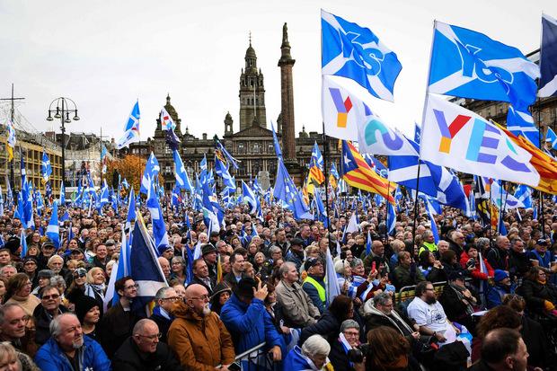 Viele Demonstranten schwenkten schottische Fahnen.