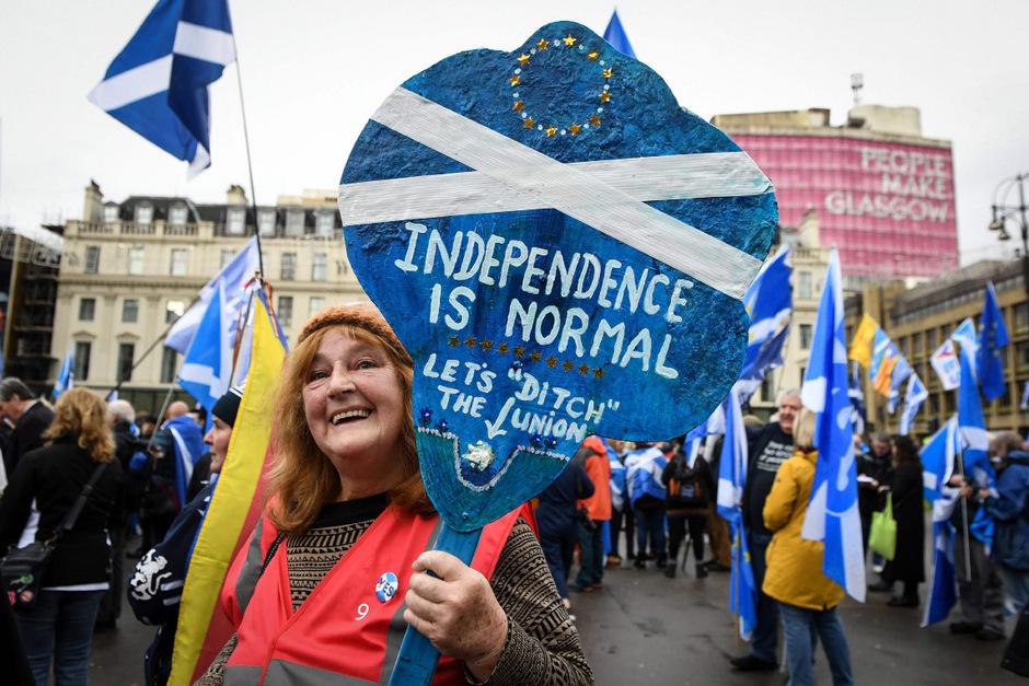 Etwa 20.000 Menschen zogen am Samstag durch Glasgow.