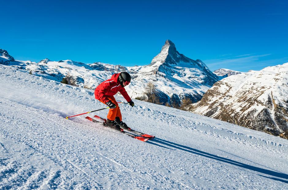 Skifahren vor der Kulisse des Matterhorns kann ein teures oder günstiges Vergnügen sein.