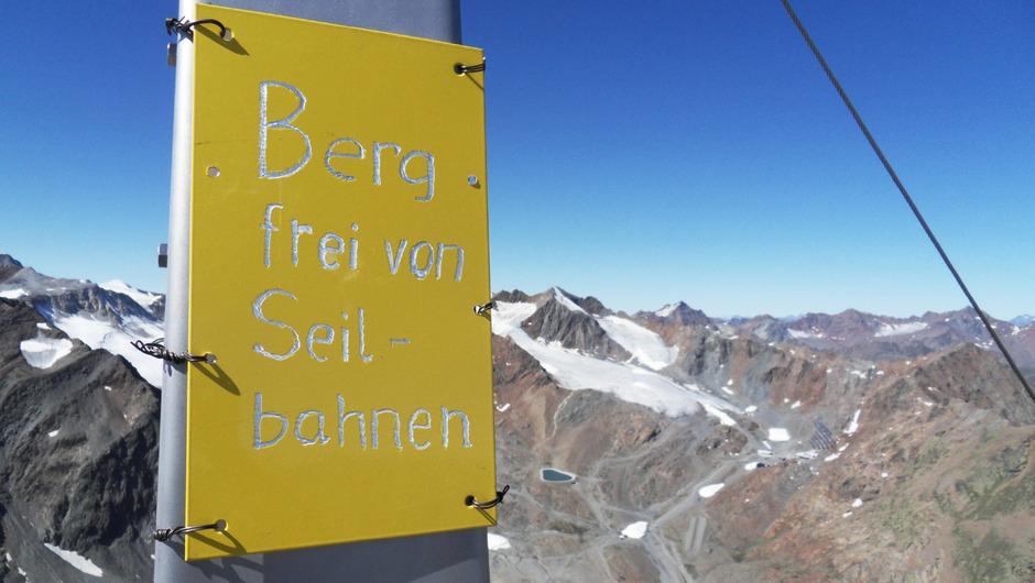 Gegen einen Zusammenschluss von Pitz- und Ötztaler Gletscher werden Unterschriften gesammelt. Ein ganzer Gipfel werde gesprengt.
