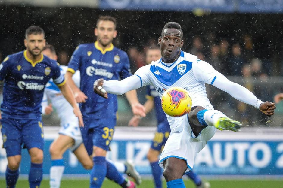 Einige Verona-Fans buhten Brescias Mario Balotelli fortlaufend aus und beleidigten ihn rassistisch.