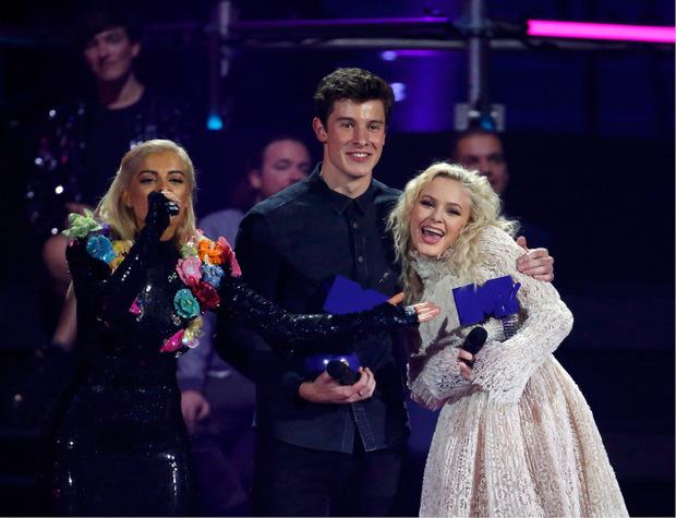 Zu den weiteren großen Gewinnern in Sevilla zählte der kanadische Sänger Shawn Mendes (im Bild mit Zara Larsson).