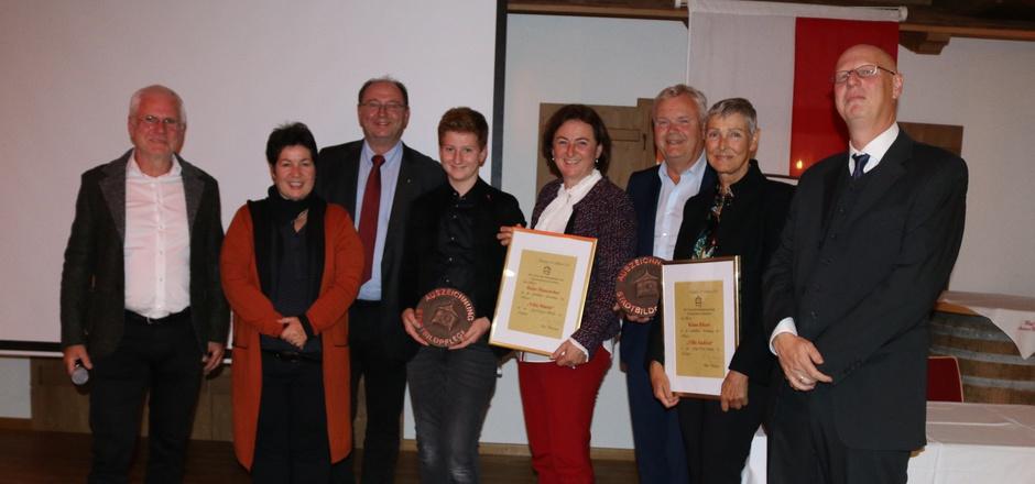 Obmann Gerhard Lehmann, Gemeinderätin Karin Eschlmüller (v.l.) und Museumskustos Hugo Oberkofler (rechts) mit Vertretern der Familien Mauracher und der Familie Ritzer.