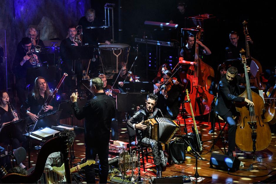 """Herbert Pixner (sitzend mit Harmonika) und die """"Berliner Symphoniker"""" zelebrieren die Fusion künstlerischer Stile."""