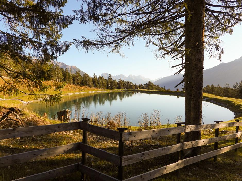 Der Speicherteich ist nicht nur das beruhigende Rückgrat der Beschneiungsanlage von Hoch-Imst. Der kleine See hat sich auch als idyllisches Ausflugsziel während der Sommermonate entwickelt.