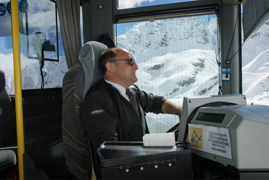 Wolfgang Unterkircher meistert täglich die 40-Kilometer-Strecke von Prutz zum Kaunertaler Gletscher – zur höchstgelegenen Haltestelle Österreichs.