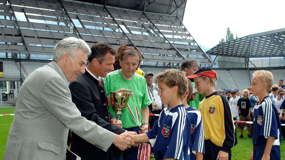 Erwin Lentner (l.), Mitinitiator des TT-Nachwuchsturniers, im Rahmen einer Siegerehrung. Die Jugend war ihm ein großes Anliegen