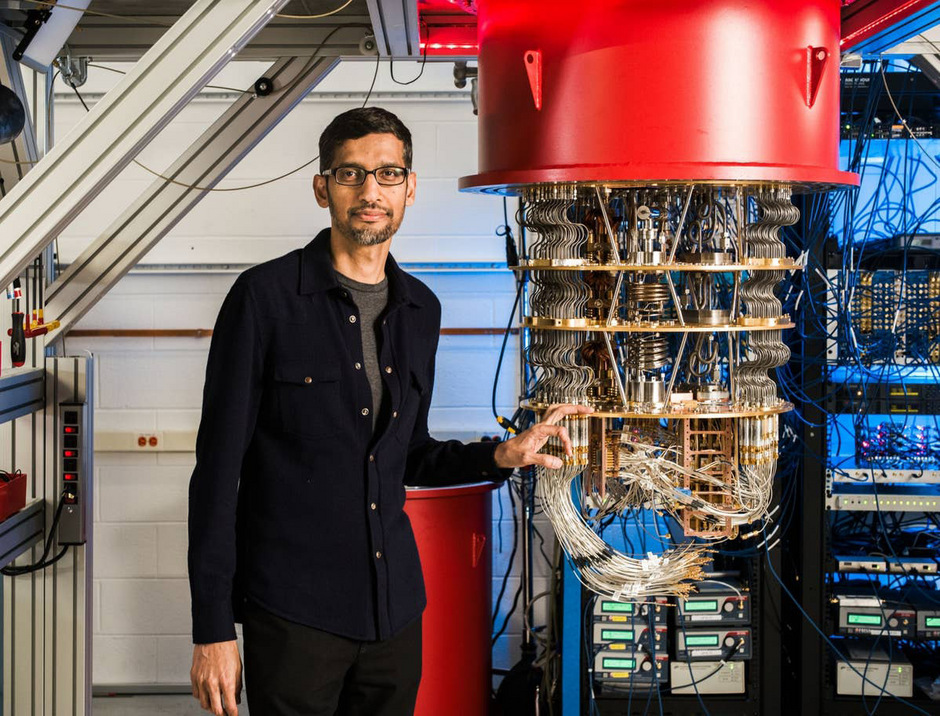 Die Hülle des Quantencomputers sieht aus wie ein Kronleuchter. Im Kern steckt ein supraleitender Chip.