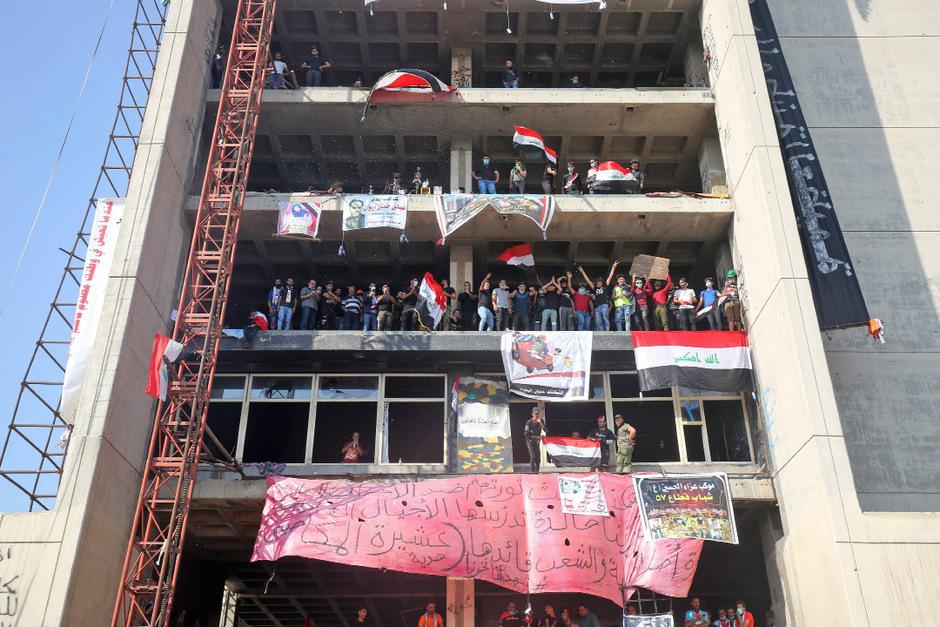Demonstranten versammelten sich auch in einem verlassenen Gebäude nahe des Tahrir-Platzes in Bagdad.