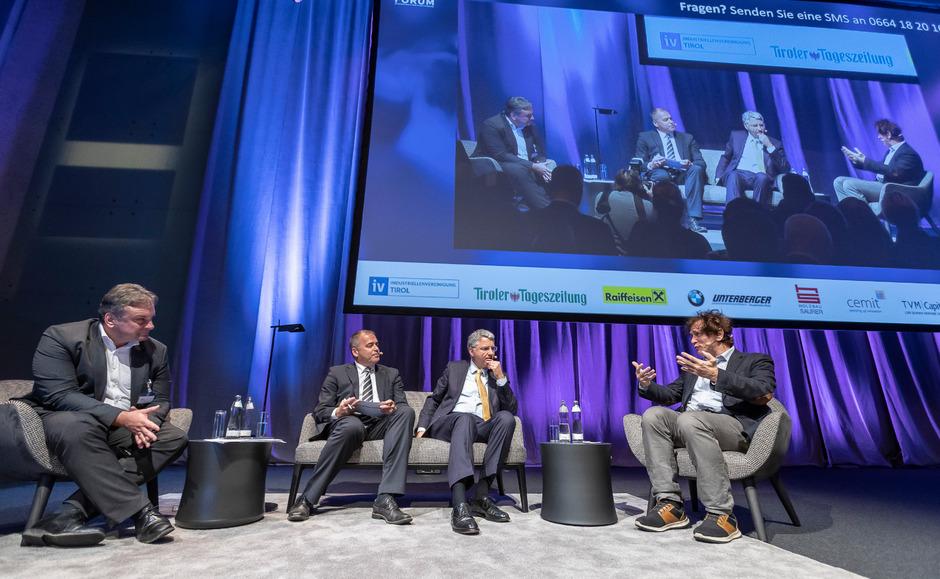 Spitzenforscher Josef Penninger (r.) erklärt, was er mit Mäusen macht. Hubert Birner (TVM Capital), Alois Vahrner (Chefredakteur Tiroler Tageszeitung) und Severin Schwan (CEO Roche Gruppe) hören gespannt zu. (vlnr).