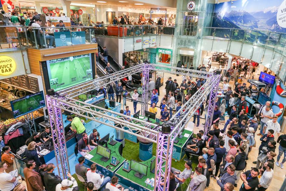 Die Gaming-Arena des Bezirksturniers Innsbruck-Stadt wurde mitten am Marktplatz im DEZ aufgebaut. Die Spiele auf der Hauptbühne wurden live im Internet und auf der großen Leinwand übertragen.