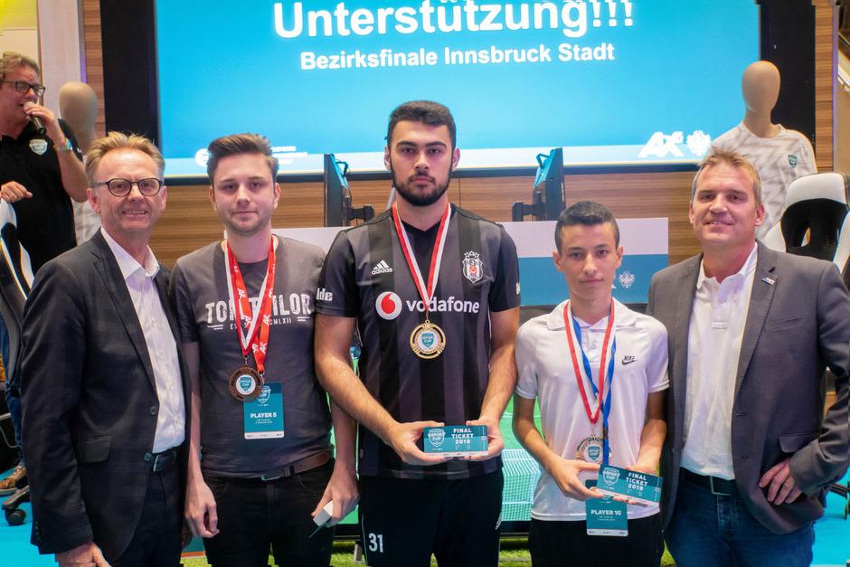 Helmut Larch (DEZ Centermanager) gemeinsam mit Marcel Haselwanter (3. Platz), Muhittin Yösavel (1. Platz), Ahmet Güler (2. Platz) und Markus Obojes (Kammerrat AK Tirol).
