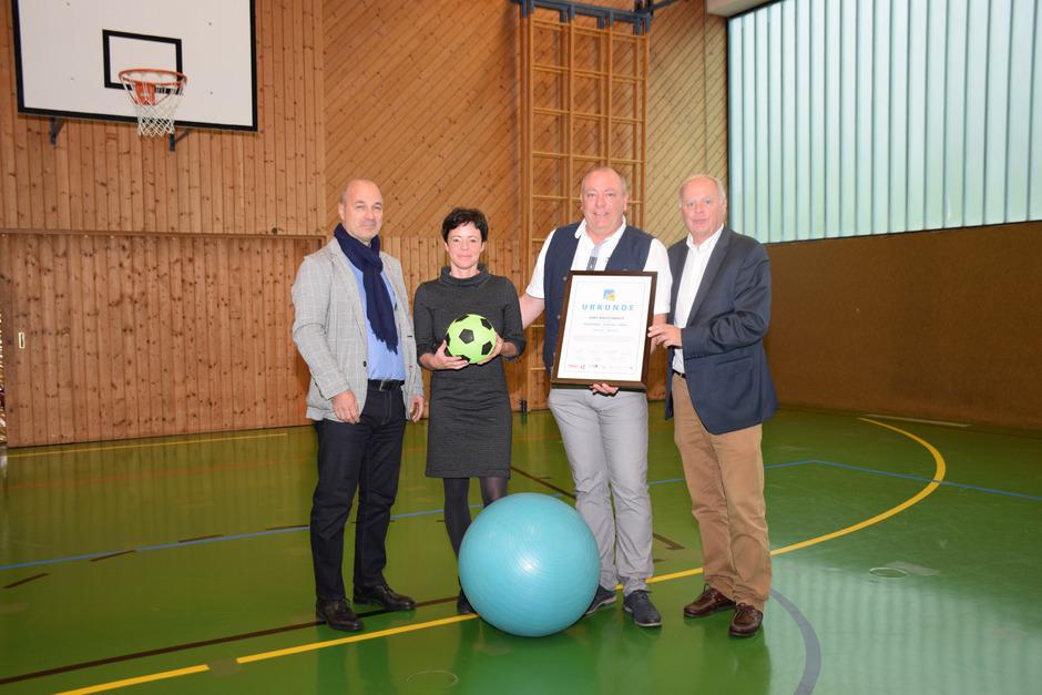 """Gerhard Seier (Landesvorsitzender BVA), Ina Margreiter (Koordinatorin), Direktor Andreas Krigovszky und TGKK-Chef Werner Salzburger sind sich einig: Die """"Gesunde Schule"""" ist ein Erfolgsprojekt."""