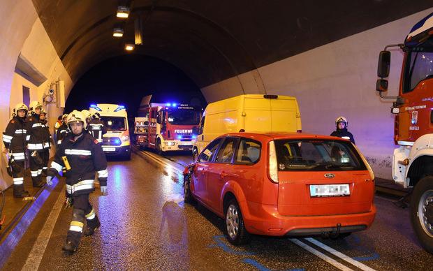 Zwei Pkw und ein Kastenwagen waren in den Unfall verwickelt.