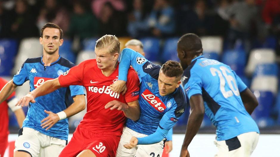 Erling Haaland brachte Salzburg mit seinem siebenten Treffer im vierten Spiel per Elfmeter in Führung.