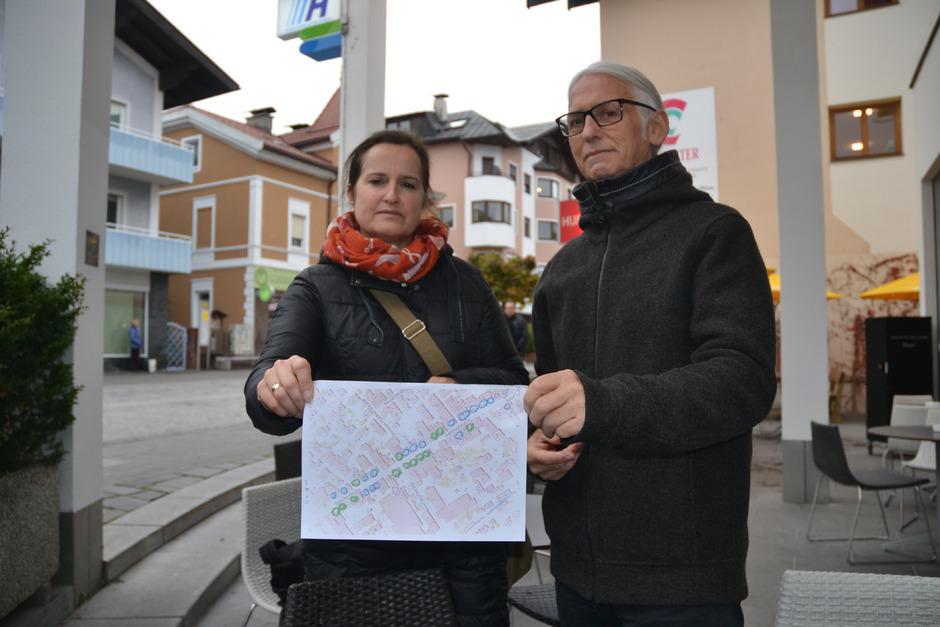 Christine Mey und Richard Götz zeigen den Plan.