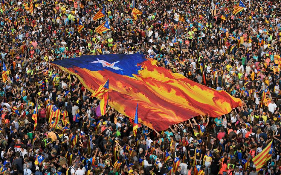 Katalanen demonstrieren in Barcelona gegen die Verurteilung von neun Anführern der Unabhängigkeitsbewegung zu langjährigen Haftstrafen. In den folgenden Tagen kam es auch zu Ausschreitungen.