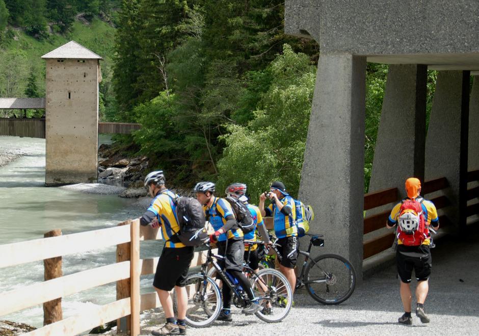 Radtourismus entlang der Via Claudia boomt: Beim Brückenturm von Altfinstermünz, einem der reizvollsten Punkte im Bezirk, legen die Radler gerne eine Pause ein.