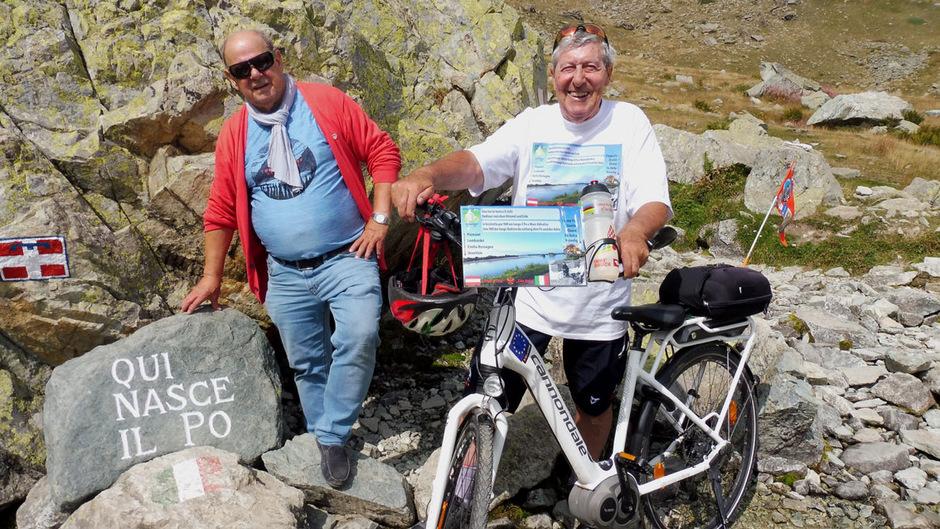 Engelbert Rinner (l.) und Erwin Cimarolli, begeisterte E-Biker aus Ischgl, starteten ihre Kultur-Tour an der Po-Quelle in den Cottischen Alpen.