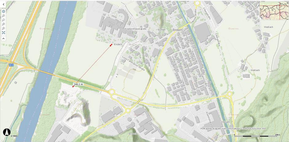 Von der Grundstücksgrenze des Krankenhauses zu jener der geplanten Anlage sind es weniger als 400 Meter Luftlinie.