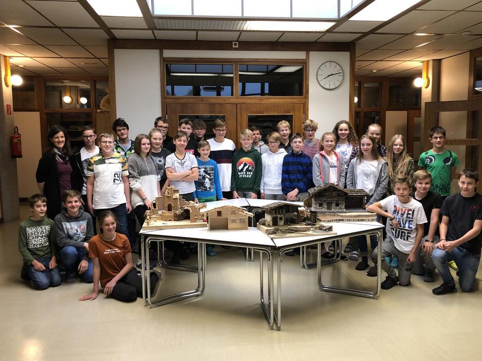 Seit Wochen sind die vierten Klassen der Neuen Mittelschule 2 in St. Johann beim Basteln für die große Krippenausstellung.