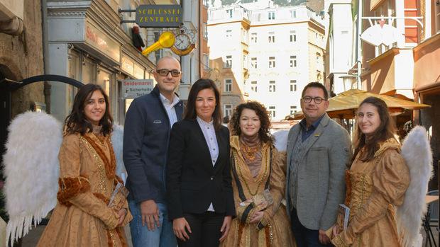 (v.l.): Joachim Pölzl (Olympiaregion Seefeld), Ingrid Schneider (Tirol Werbung) und Markus Kofler (TVB Alpbachtal Seenland) mit den Engerln der Bergweihnacht Innsbruck.
