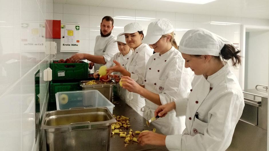 Waschen, schälen, entkernen, würfeln: Am Dienstag wurden an der HLW 100 Gläser Marmelade für den guten Zweck produziert.