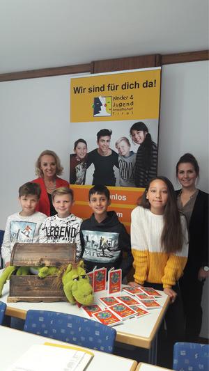 Plüschdrache Fridolin hilft Elisabeth Harrasser (l.) und Theresa Auer dabei, Kinder wie Niklas Tusch, Hannes Peer, Sofiane Hani und Anne-Marie Köll (v.l.) von der NMS Stams/Rietz über ihre Rechte aufzuklären.