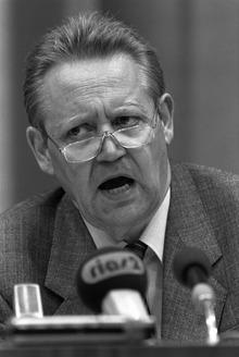 """Die von der SED-Parteiführung wohl unbeabsichtigte Äußerung von Funktionär Günter Schabowski, die Änderungen der Reisegesetze träten """"unverzüglich"""" in Kraft, löste am 9. November 1989 einen Ansturm von DDR-Bürgern auf die Grenzübergänge aus."""