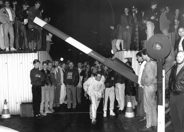 Schlagbäume haben an der offenen Grenze zwischen Ost und West plötzlich ihre Bedeutung verloren, an den Grenzbefestigungen mischen sich am am frühen Morgen des 10. November 1989 West- und Ostberliner Bürger.