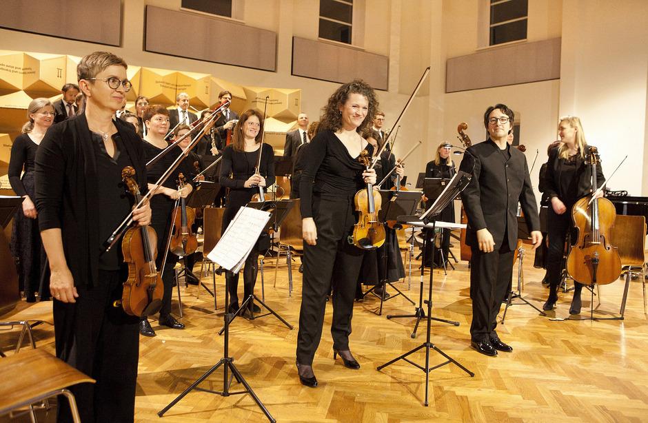 Annedore Oberborbeck (Mitte) und Dirigent Michael Köck (r.) nach dem Coll-Konzert.