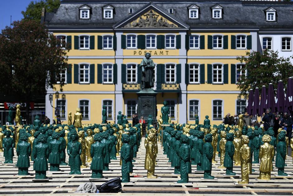 In Beethovens Heimatstadt Bonn startete das Jubiläum bereits im Sommer: Ottmar Hörl ließ 700 Statuen von Beethoven am Münsterplatz installieren.