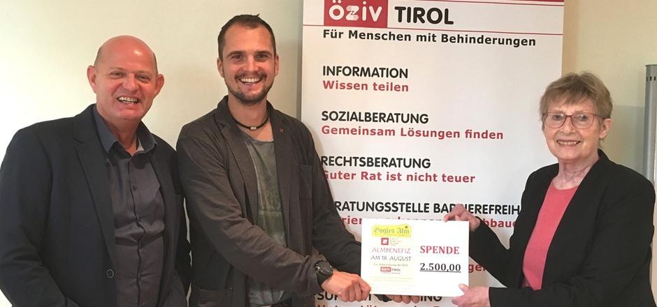 Die ÖZIV-Funktionäre Hannes Lichtner (l.) und Edith Egger freuten sich über den Scheck, den Almwirt Joachim Nigg überreichte.