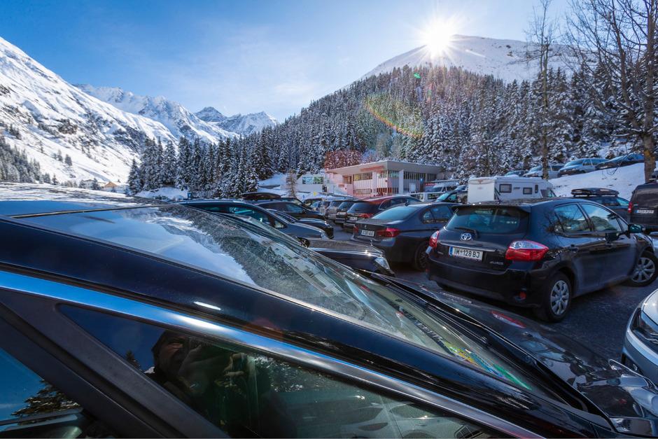 Der Parkplatz vor dem Gletscherexpress ist in der Vorsaison zu Mittag gut gefüllt.