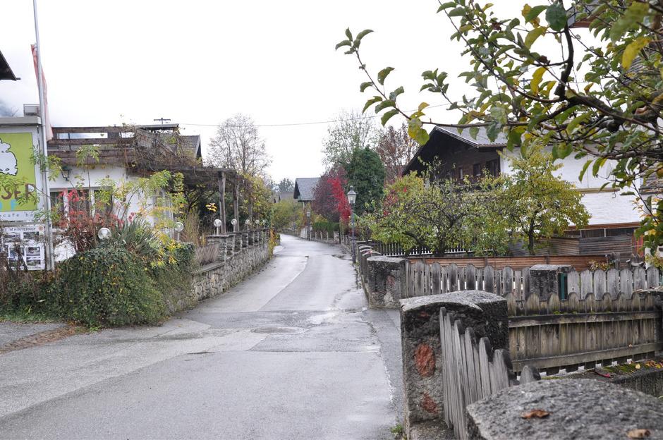Trotz einer Nachverdichtung sollen die räumliche Qualität und der historische Charakter der Graf-Meinhard-Straße in Stams erhalten bleiben.
