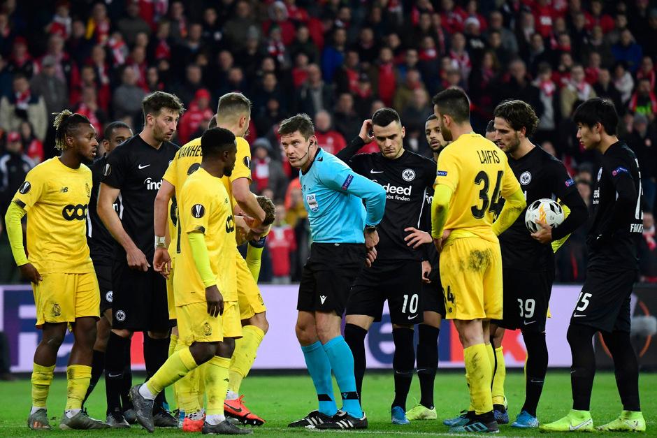 Schiedsrichter Matej Jug stand bei Frankfurts Niederlage gegen Lüttich unfreiwillig im Fokus.