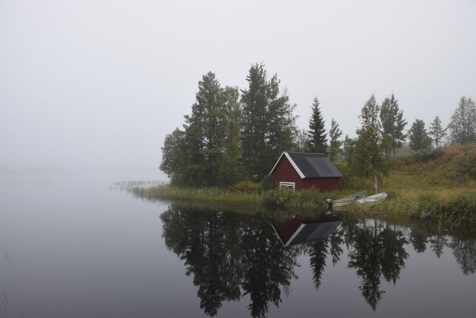 Der Nebel verwandelt ruhige Seen in mystische Schauplätze.